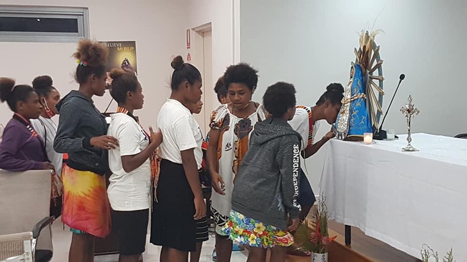 Papúa Nueva Guinea - Un regalo de la imagen de la Virgen de Luján para la Conferencia de Obispos Católicos en Port Moresby