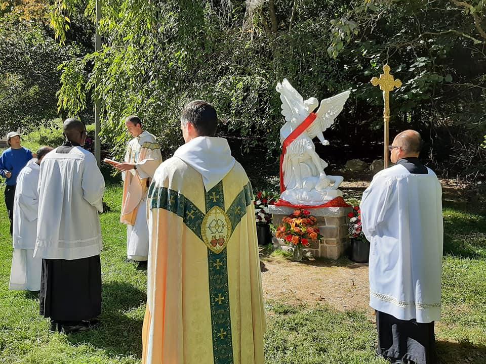 Estados Unidos - Bendición de una nueva estatua de San Miguél en la Gruta de Emmitsburg