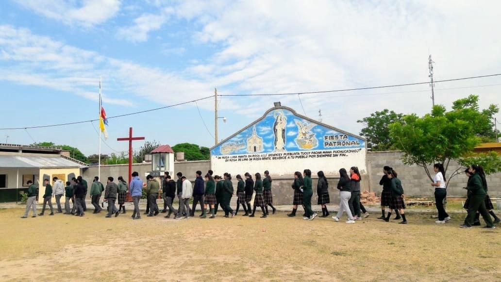 Argentina - Estudiantes del Bachillerato San Miguel Arcángel rezando el Rosario