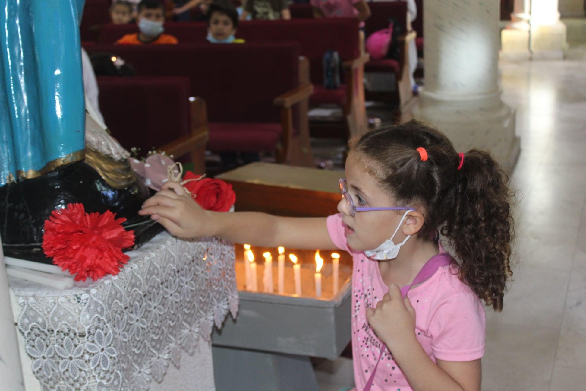 Gaza - Ofreciendo flores a la Virgen